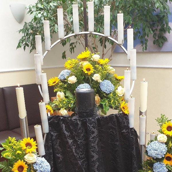 Urnendekorationspult mit 3 Gestecken sommerlich Bild 1
