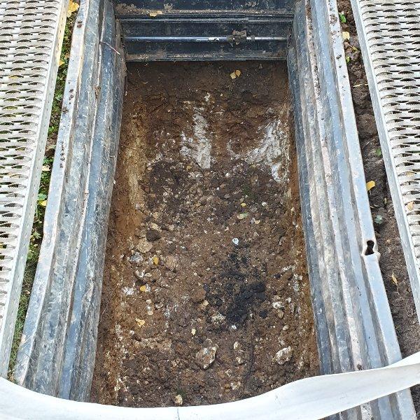 Ausschlagen der Gruft mit Grabmatten Bild 2