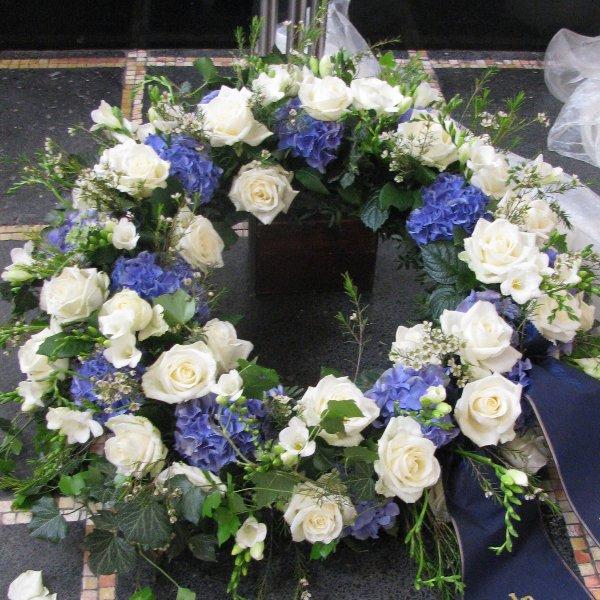 Blütenkranz, weiß/blau Bild 1