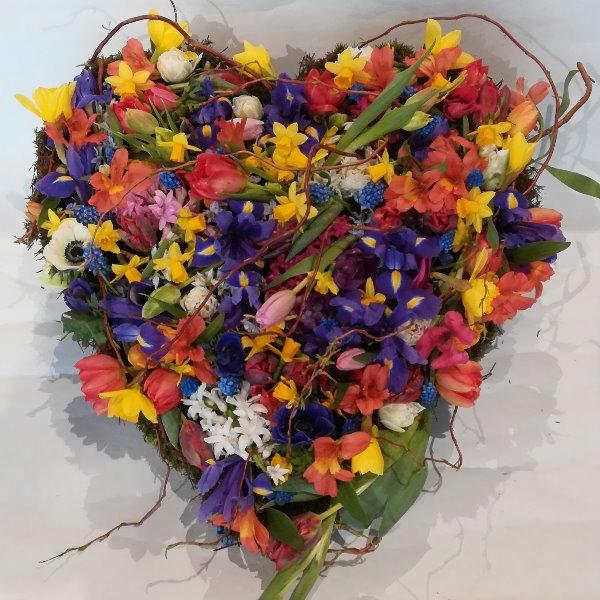 D 16 buntes Herz aus Frühlingsblumen Bild 1