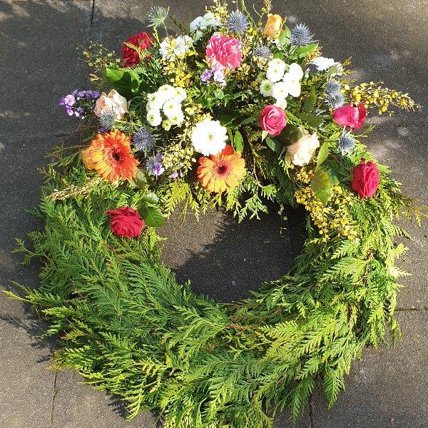 Trauerkranz mit jahreszeitlichen Blumen Bild 1