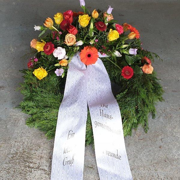 Trauerkranz mit jahreszeitlichen Blumen Bild 2