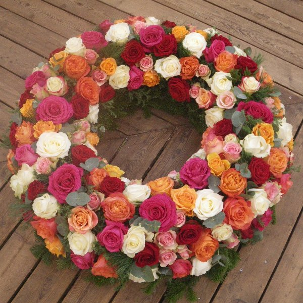 rundgesteckter Kranz aus bunten Rosen Bild 1