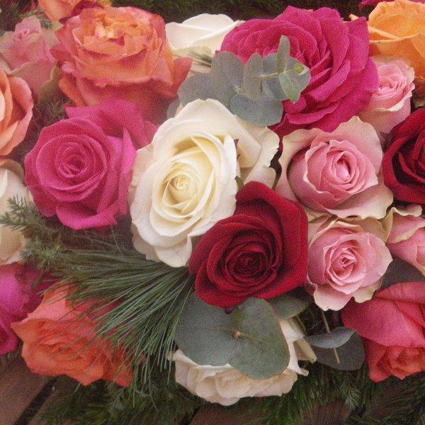 rundgesteckter Kranz aus bunten Rosen Bild 2