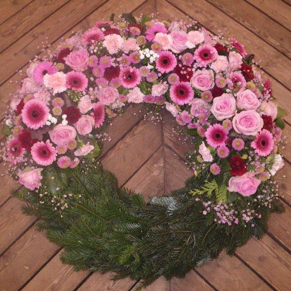 halbrund gesteckter Kranz in rosa Bild 1