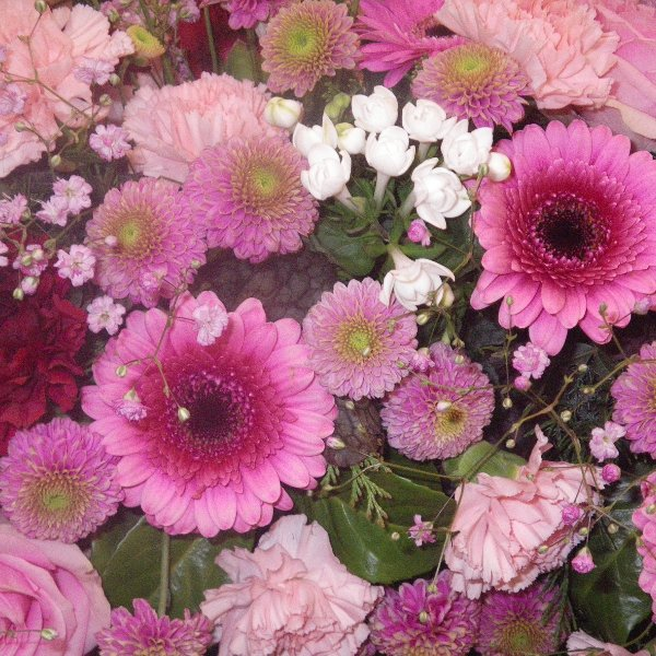 halbrund gesteckter Kranz in rosa Bild 2