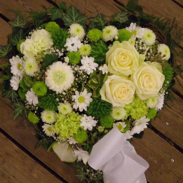 Trauerherz in weiß-grün mit Rosen Bild 1
