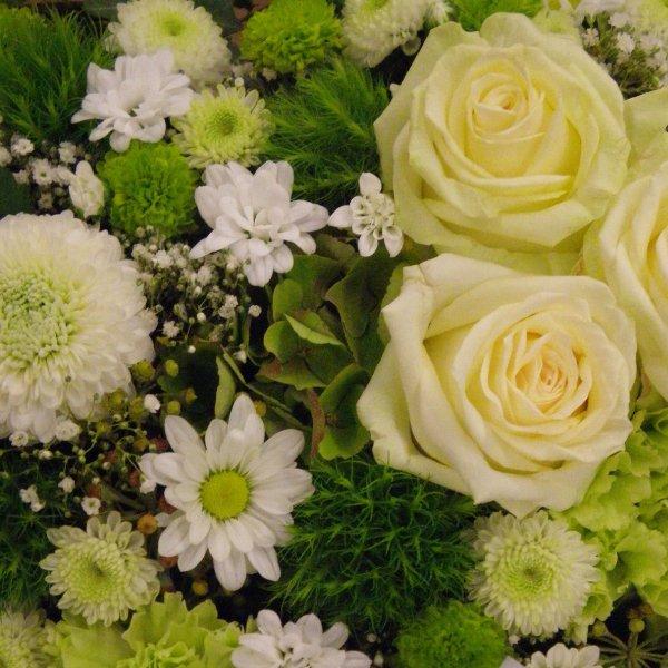 Trauerherz in weiß-grün mit Rosen Bild 2