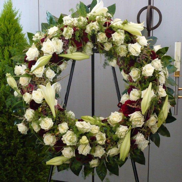 Trauerkranz mit weißen Rosen Bild 2