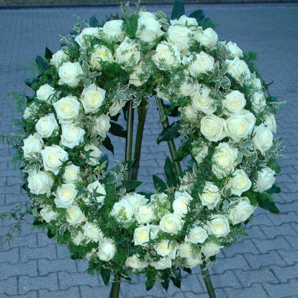 Trauerkranz mit weißen Rosen Bild 1