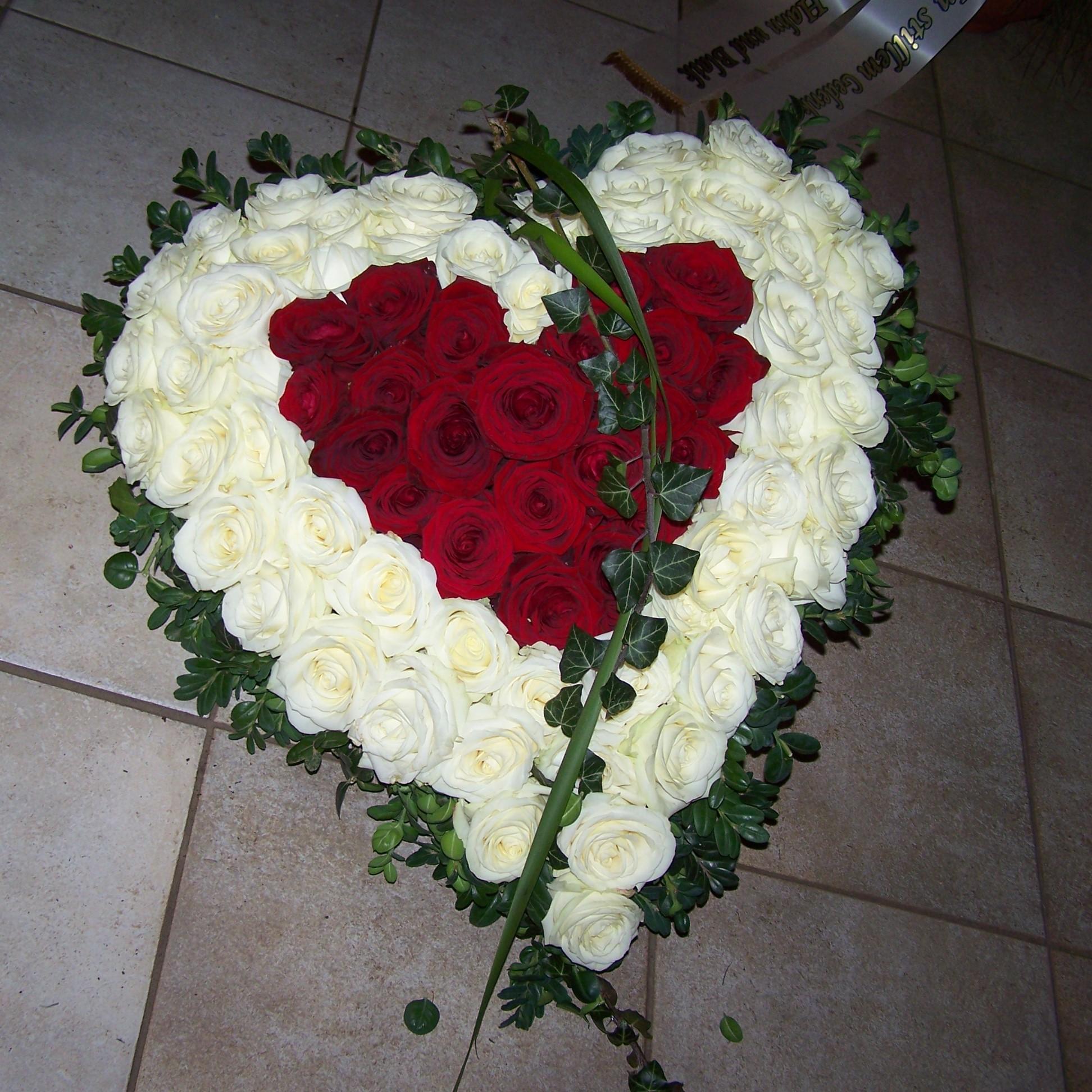 Herz mit weißen und roten Rosen Bild 1