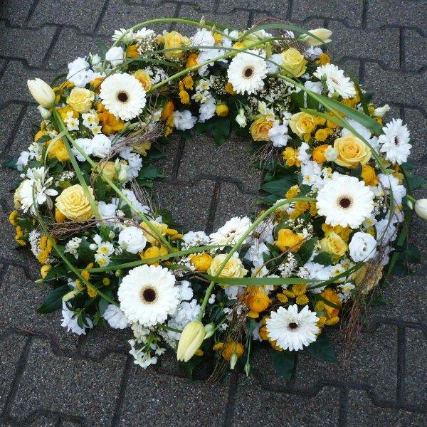Trauerkranz mit weißen und gelben Blüten Bild 1
