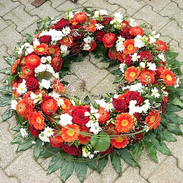 Trauerkranz mit roten und weißen Blüten Bild 1