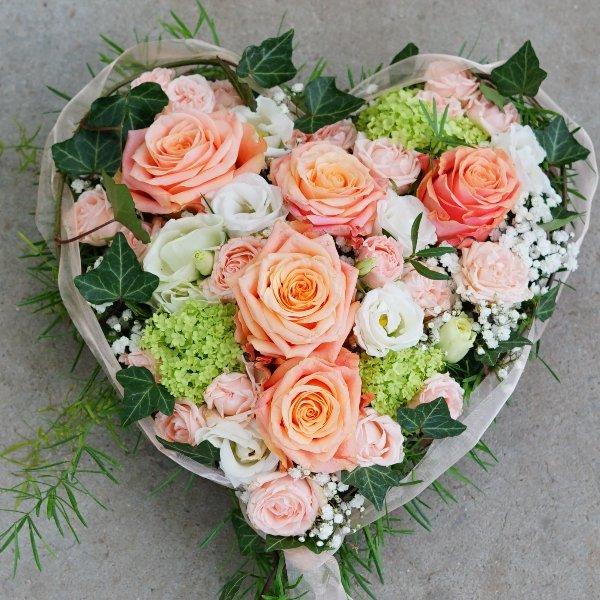 Trauergesteck Herz mit Blüten Bild 1