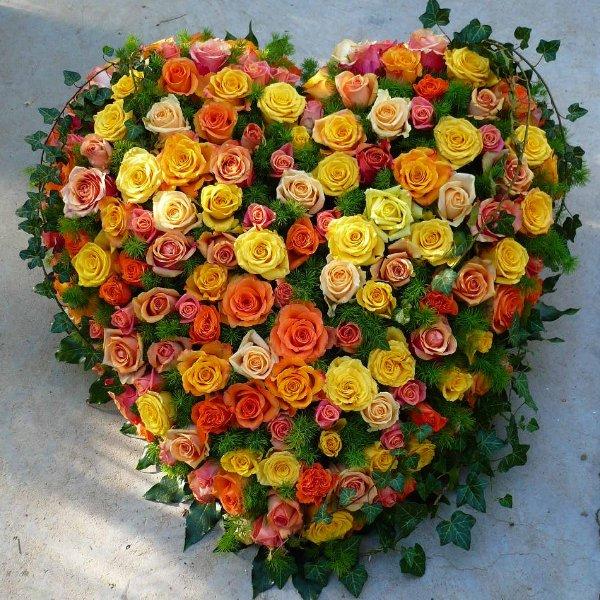 Trauergesteck Herz mit Rosen Bild 1