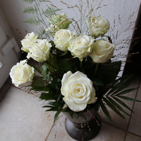 Rosenstrauß (lang gebunden) weiß Bild 1