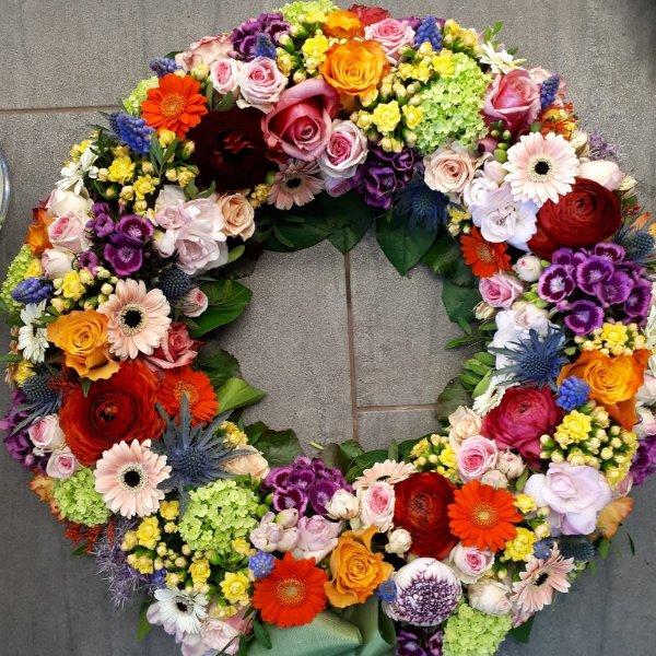 Bunter Blütenkranz, saisonale Blumenauswahl Bild 1