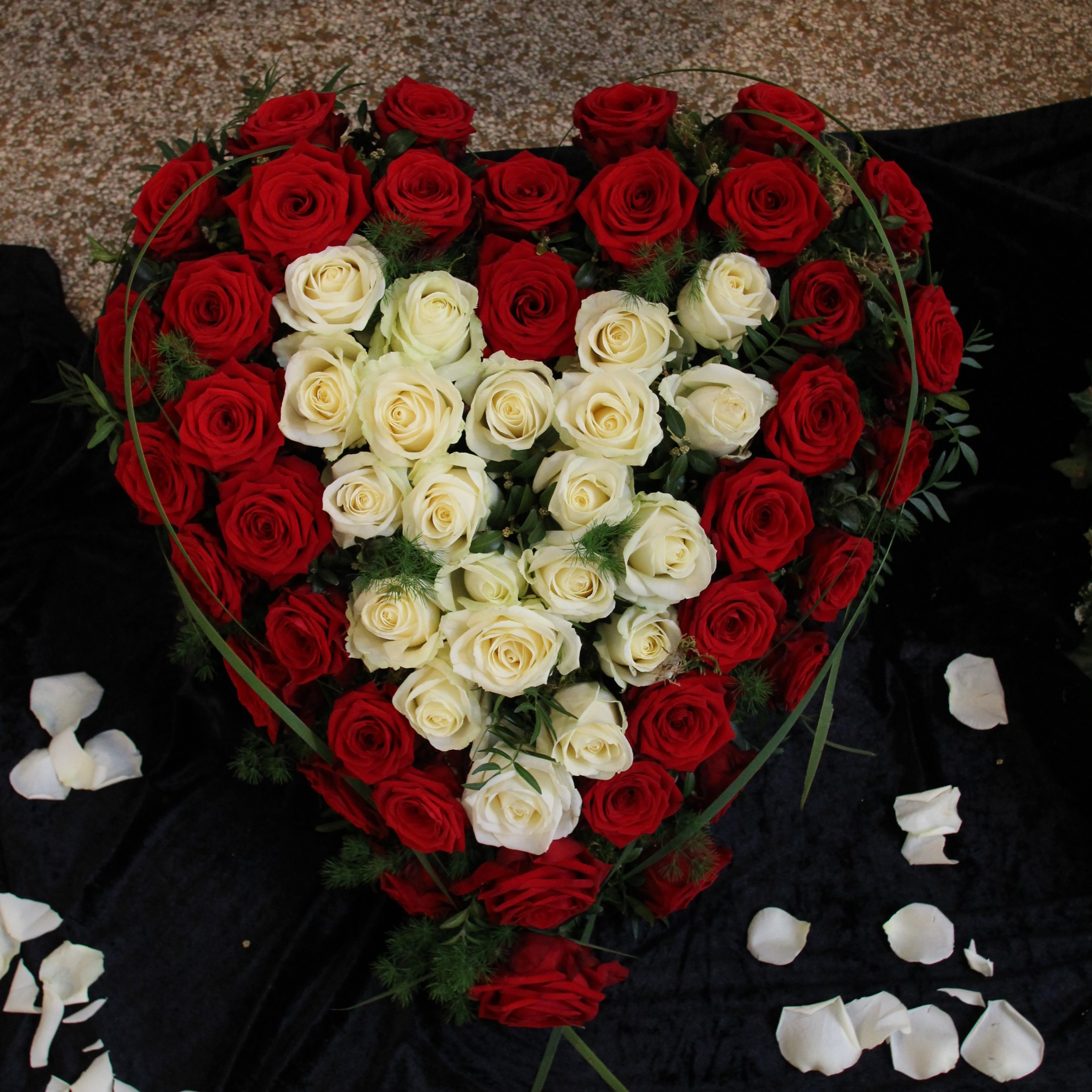 Herz mit weißen und roten Rosen Bild 2