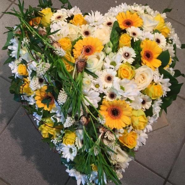 Herzgesteck mit Frühlingsblumen Bild 1