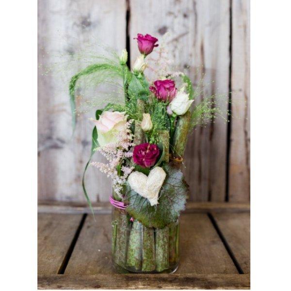Glasvase gefüllt mit Renauten und Schnittblumen Bild 1