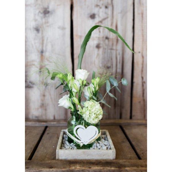 Holztablett mit frischen Schnittblumen Bild 1