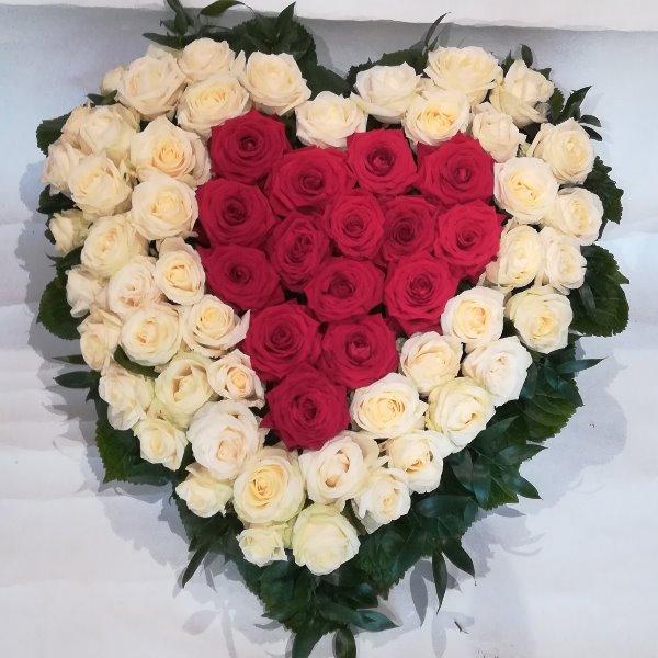 H 15  Herz aus weißen und roten Rosen Bild 1