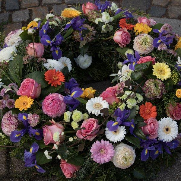Trauerkranz rundgesteckt mit großen Blüten Bild 1