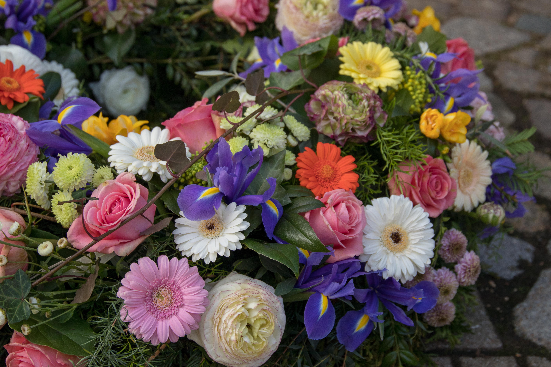 Trauerkranz rundgesteckt mit großen Blüten Bild 2