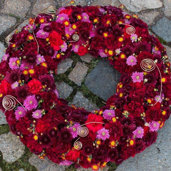 Trauerkranz rundgesteckt in rot/pink Bild 1