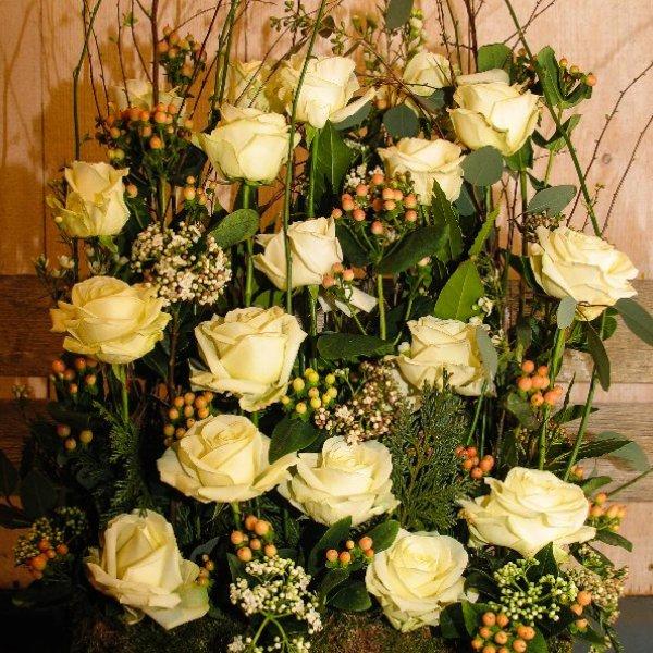 Trauergesteck parallel Weiße Rosen Bild 1