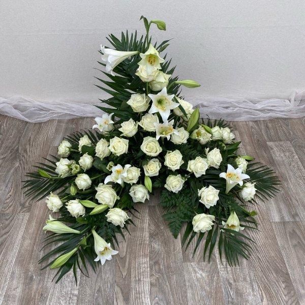 Gesteck-weiße Lilien/Rosen Bild 1