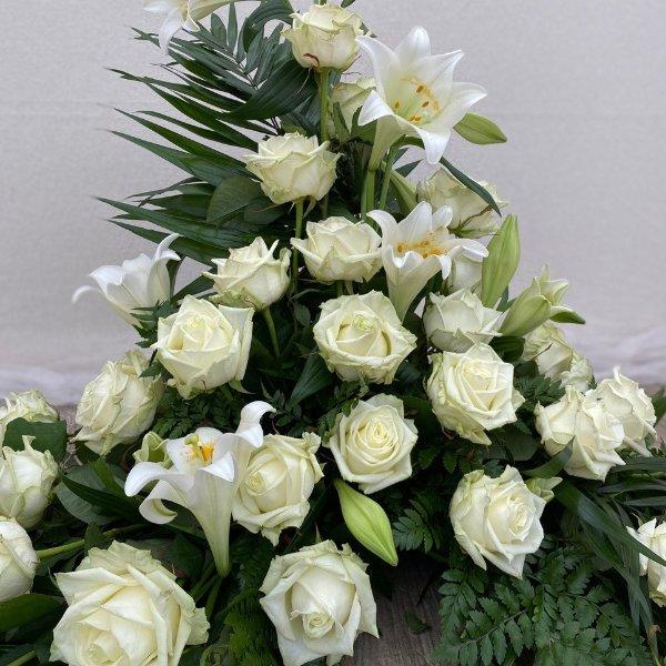 Gesteck-weiße Lilien/Rosen Bild 2