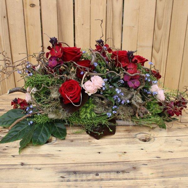 """Trauergesteck """"Blumen in Zweigen"""" Bild 1"""