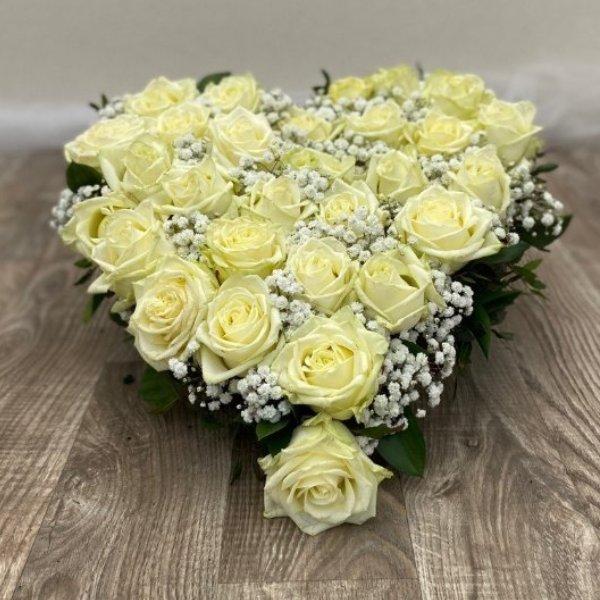 Gesteck- Herz- weiße Rosen Bild 1