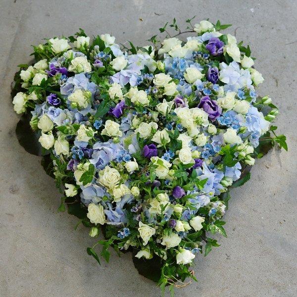 Trauergesteck Herz mit blauen und weißen Blüten Bild 1