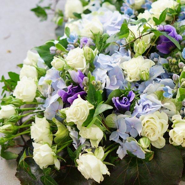 Trauergesteck Herz mit blauen und weißen Blüten Bild 2