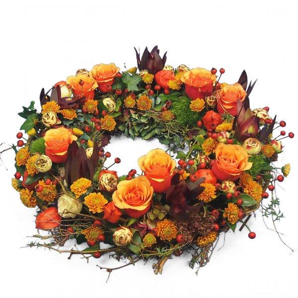 Trauerkranz rundgesteckt, rot-orange Blumenkombination Bild 1