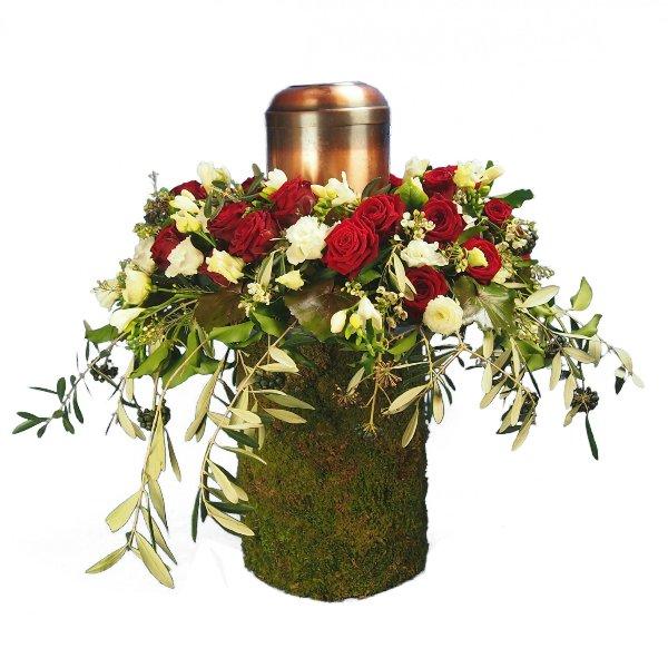 Urnenschmuck, rote Rosen, abfließend mit Olivengrün gesteckt Bild 2
