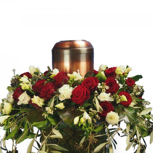 Urnenschmuck, rote Rosen, abfließend mit Olivengrün gesteckt Bild 3