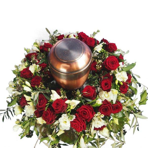 Urnenschmuck, rote Rosen, abfließend mit Olivengrün gesteckt Bild 4
