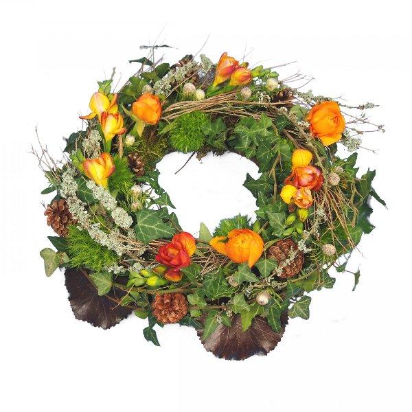 Trauerkranz rundgesteckt, natürlich gesteckt mit viel Grün und Zweigen, Akzent mit Blumen Bild 1