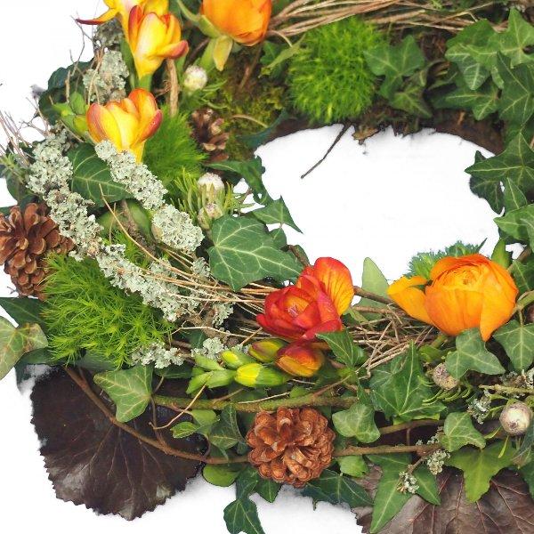 Trauerkranz rundgesteckt, natürlich gesteckt mit viel Grün und Zweigen, Akzent mit Blumen Bild 2