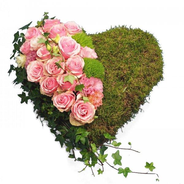 Herzform mit Moos und Akzentgarnierung mit rosa Rosen Bild 1