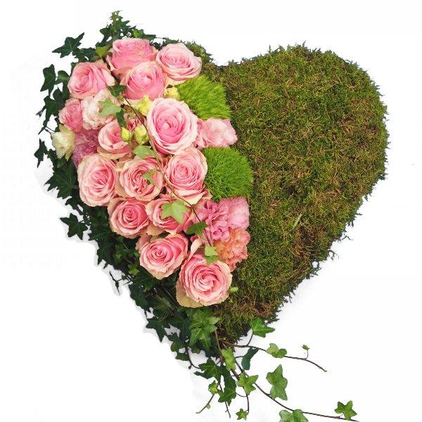 Herzform mit Moos und Akzentgarnierung mit rosa Rosen Bild 2