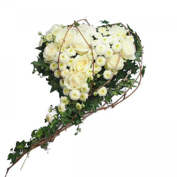 Herzform mit Blumen, weiße Rosen mit Ranken Bild 1