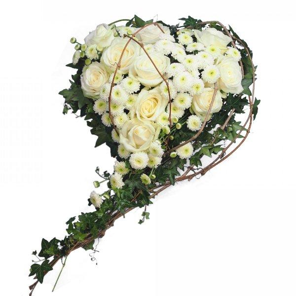 Herzform mit Blumen, weiße Rosen mit Ranken Bild 2