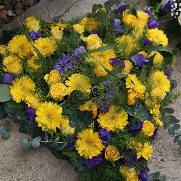 Herzförmiges Trauergesteck gelb/lila Bild 1