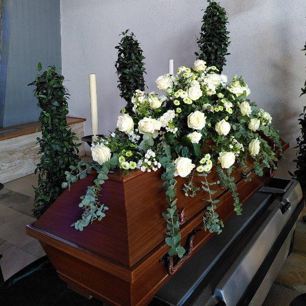Sargschmuck Sommer mit weiße Rosen Bild 1