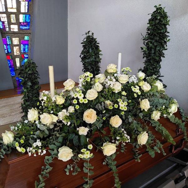 Sargschmuck Sommer mit weiße Rosen Bild 3