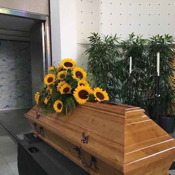 Sargschmuck mit Sonnenblumen Bild 1